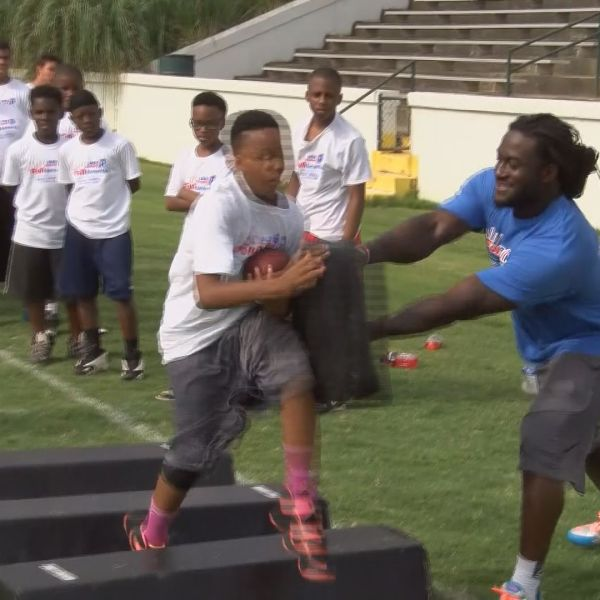 Isaiah Crowell returns home for kids' camp (Image 1)_9621