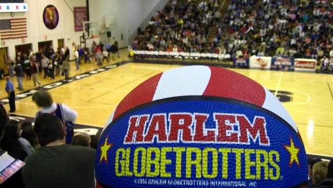 Globetrotter hits trick shot_128465