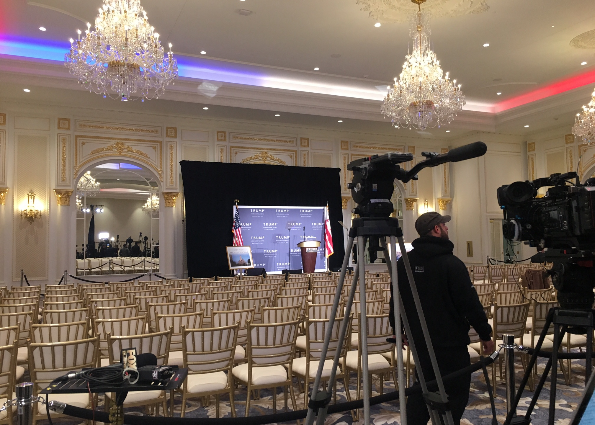 Trump campaign briefly stops battleground state tour to visit business venture_151727