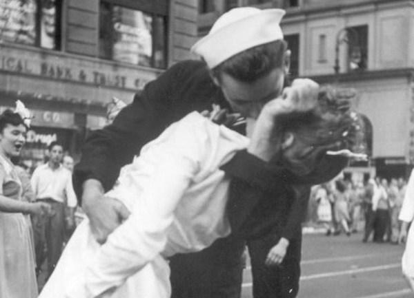 ap kissing sailor_156901-873736139