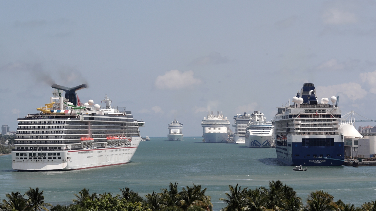 Florida cruise ships stay docked with no settlement in battle over vaccine passports